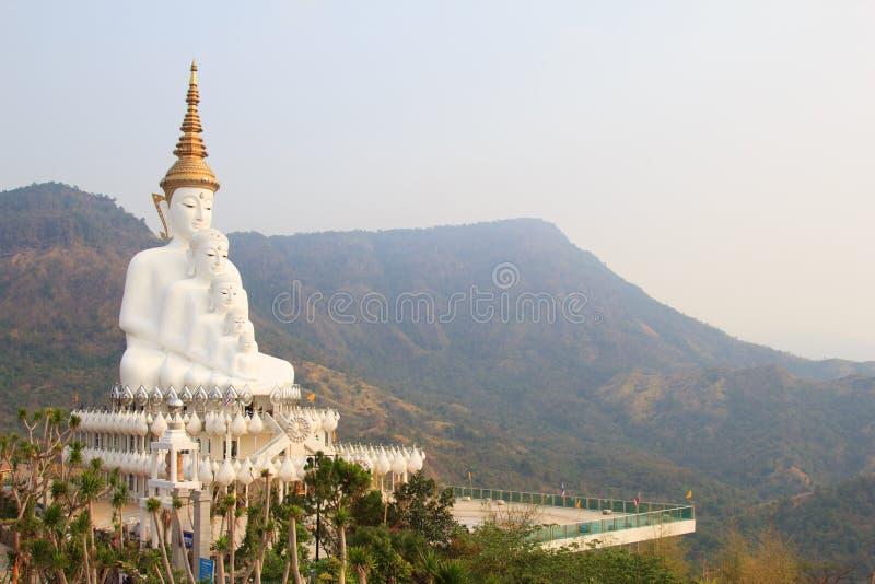 Cinco Budas brancas grandes no templo do phasornkaew de Wat, opinião de A de Beauti imagens de stock