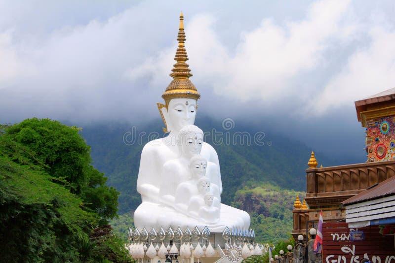 Cinco Budas de assento brancas são um marco Vista da entrada para o templo principal É chamado Wat Pha Sorn Kaew, em Khao fotografia de stock royalty free