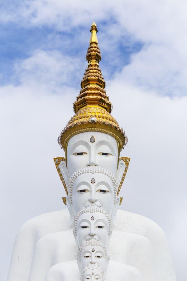 cinco buddha na montanha, templo do phasornkaew de Wat, KH imagens de stock