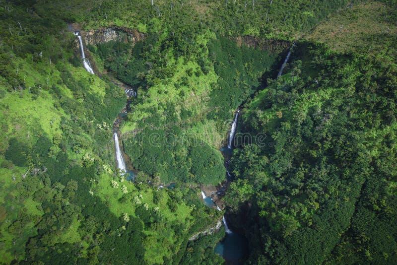 Cinco caídas de Kahili de las cascadas de las hermanas en Kauai imagen de archivo libre de regalías