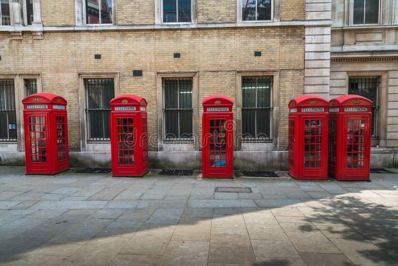Cinco caixas vermelhas do telefone de Londres fotografia de stock royalty free
