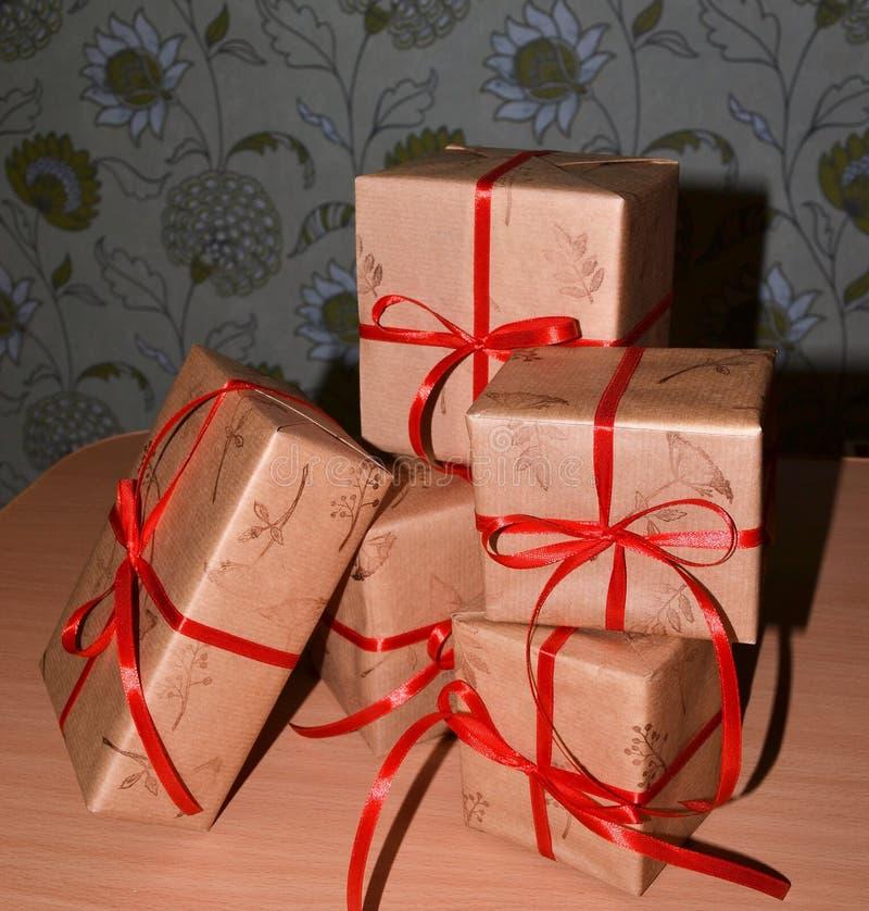 Cinco cajas de regalo con el syurprizoom interior fotografía de archivo