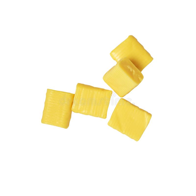 Cinco caramelo cauchutoso rectangular amarillo aislado en un blanco, mamba fotos de archivo libres de regalías