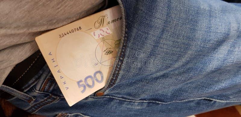 Cinco cem contas do hryvnia empilhadas em um bolso das calças de brim imagem de stock