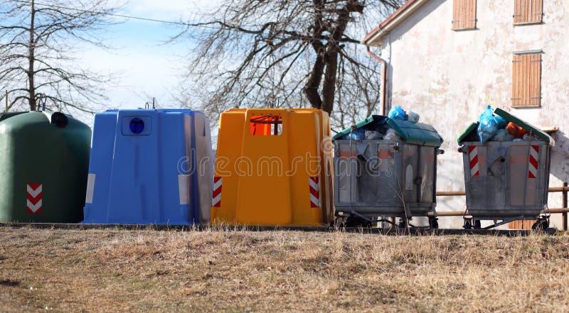 cinco compartimientos de los desperdicios para la basura sólida municipal y para el separado fotografía de archivo
