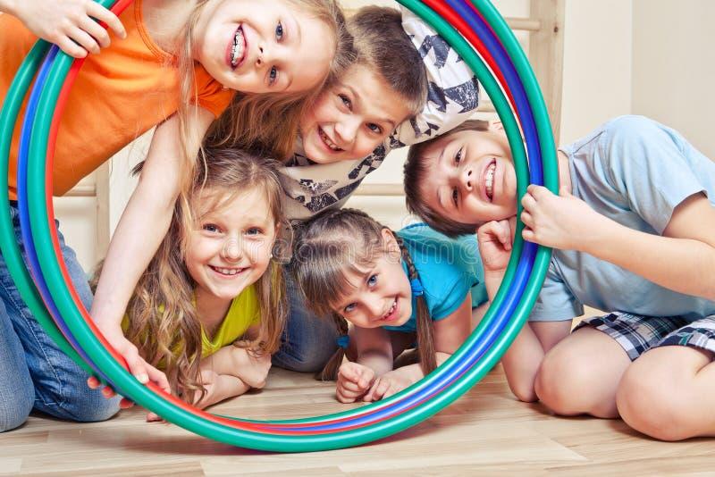 Cinco crianças alegres fotos de stock