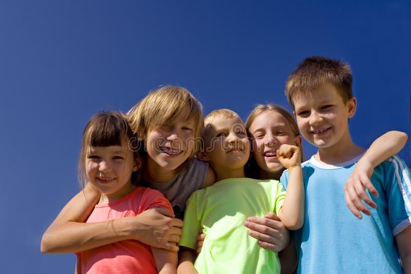 Cinco crianças felizes