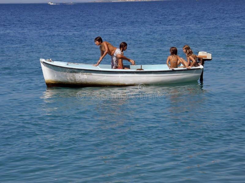 Cinco crianças no barco imagem de stock royalty free