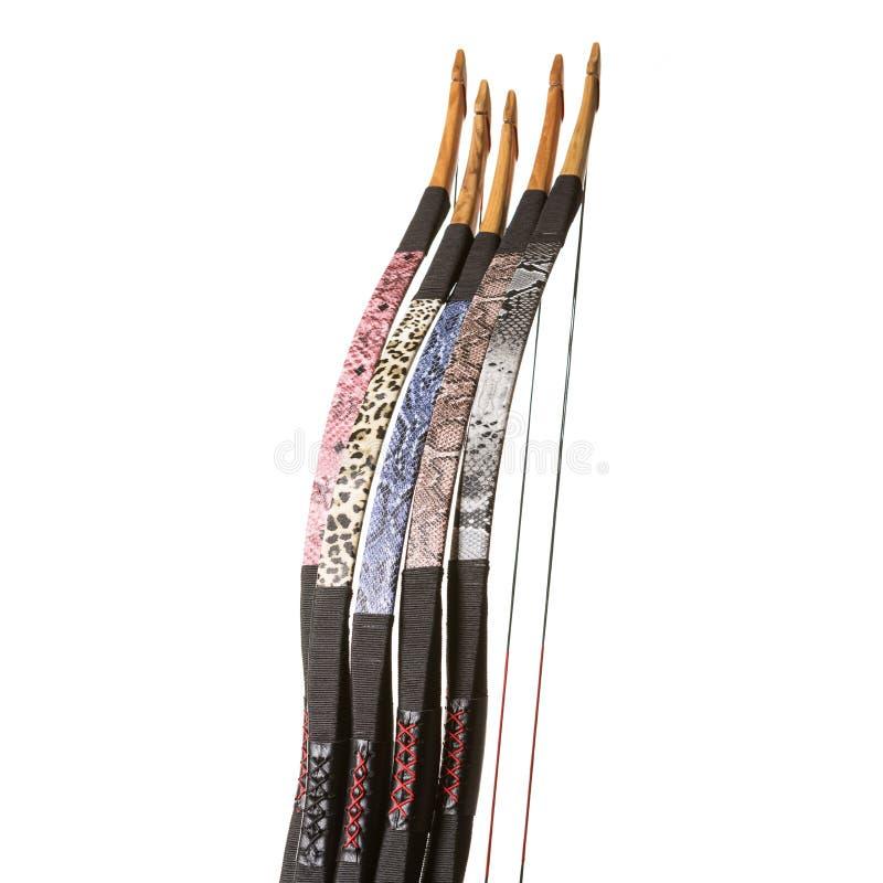 Cinco curvas ou bestas dos esportes para setas de tiro, em um fundo branco, isolado, close-up fotos de stock