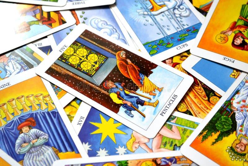Cinco da falta financeira da perda das cargas da perda financeira ou material do cartão de tarô dos Pentacles imagens de stock royalty free