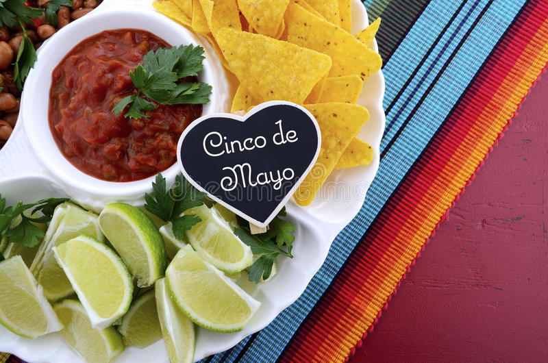 Cinco de马约角与食物盛肉盘的党桌 库存图片