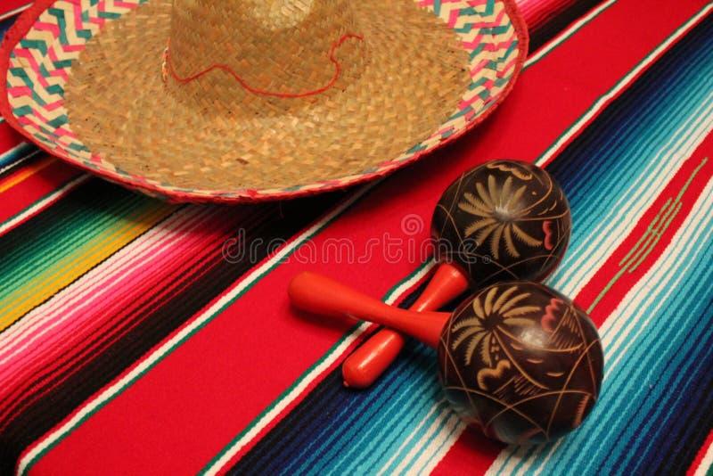 Cinco de马约角墨西哥人Maracas节日serape雨披阔边帽背景 免版税库存图片