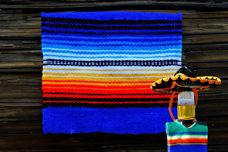 Cinco de马约角墨西哥毯子和啤酒瓶阔边帽 库存图片