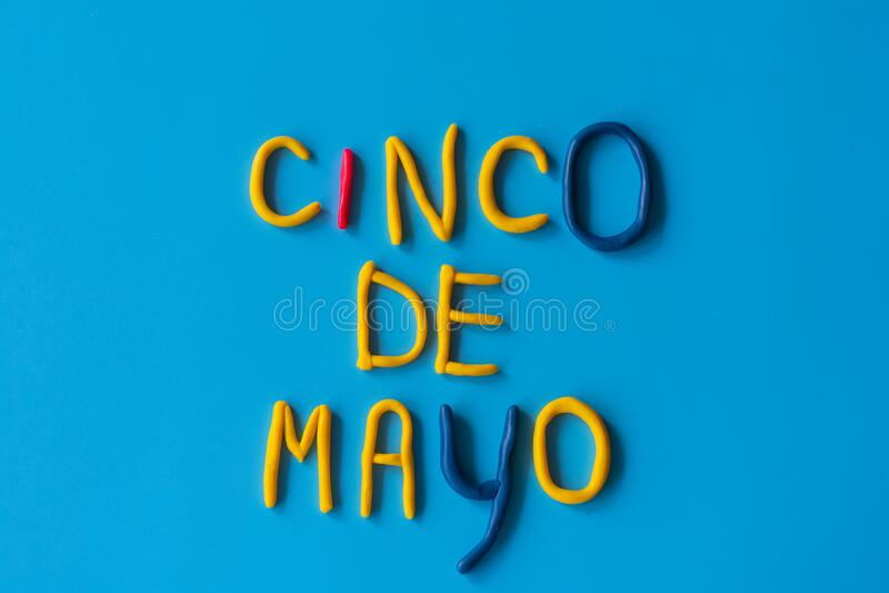 CINCO DE MAYO这个词的意思是5月5日,由蓝色背景上的粘土、平的砖石砌成 U S ,墨西哥假日 免版税库存图片