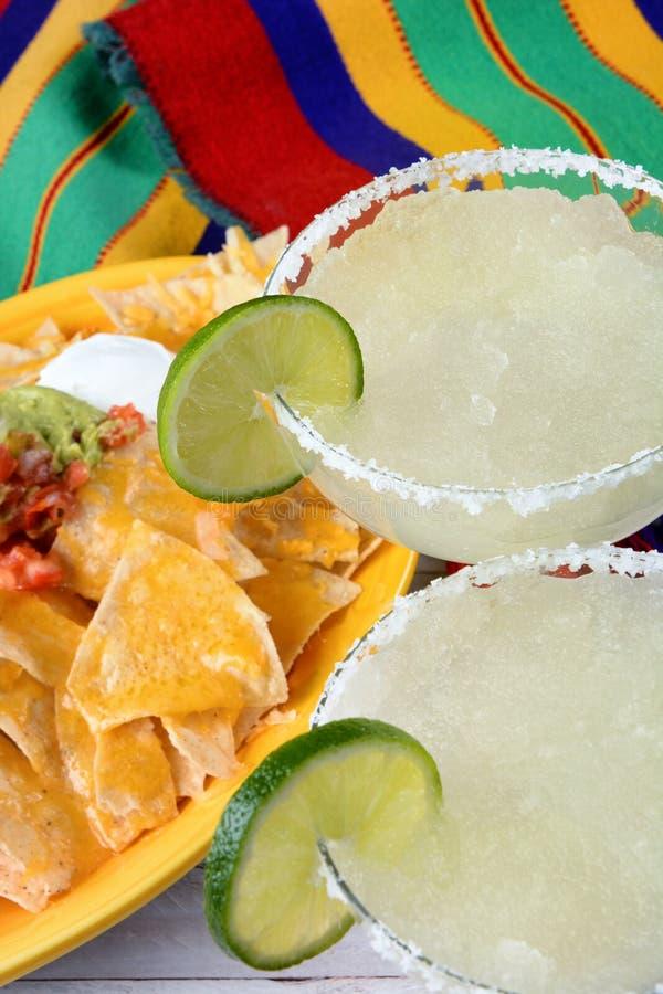 Cinco de Mayo Concept: Margarite ed alimento messicano su un variopinto fotografia stock