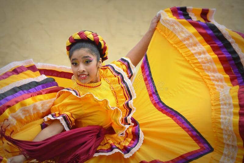 Cinco de Mayo Dancing Girl in Gele Kleding stock foto's