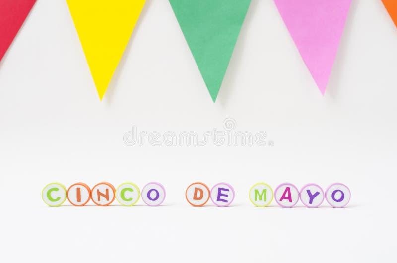 Cinco de mayo gjorde från färgrika bokstäver och färgrika flaggor
