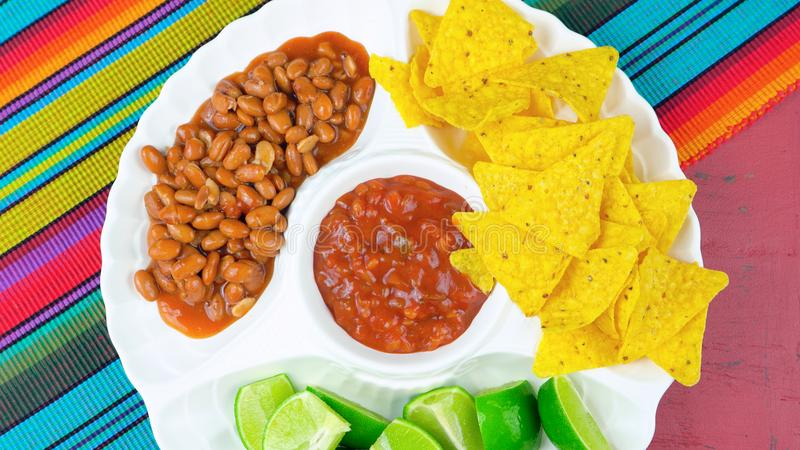 Cinco de Mayo przyjęcia karmowy półmisek z kukurydzanymi układami scalonymi, chili fasolami i salsa, zdjęcie stock