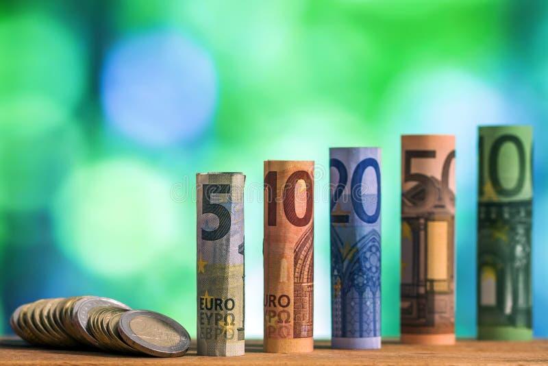 Cinco, dez, vinte, cinqüênta e cem euro rolaram o bankn das contas imagens de stock royalty free