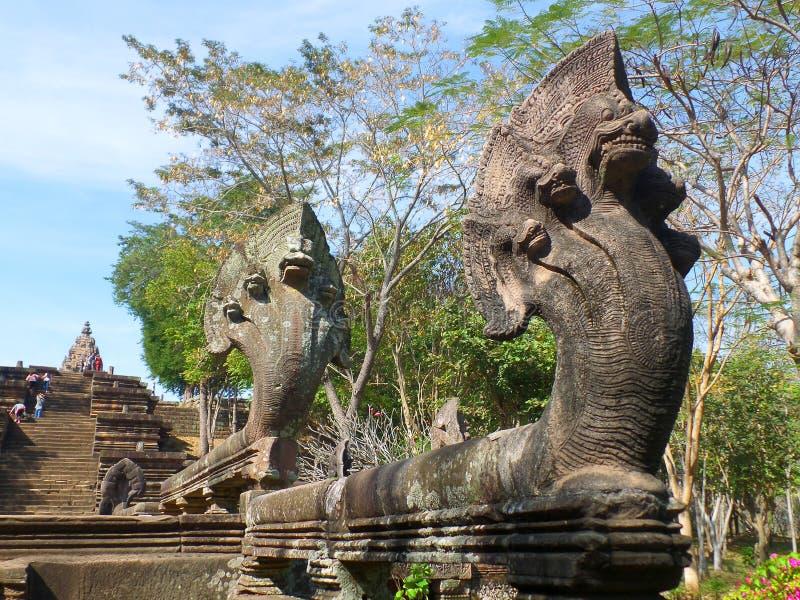 Cinco dirigiram esculturas do Naga na escadaria do parque histórico do degrau de Phanom em Tailândia fotografia de stock