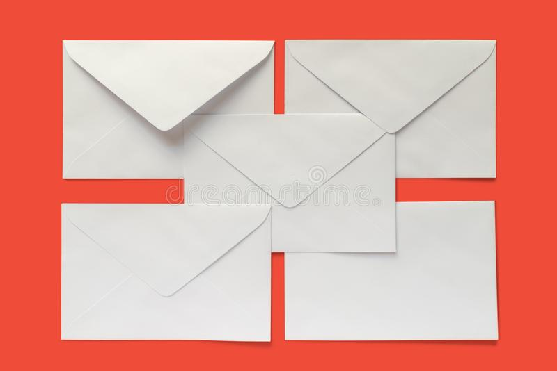 Cinco envelopes da letra imagens de stock