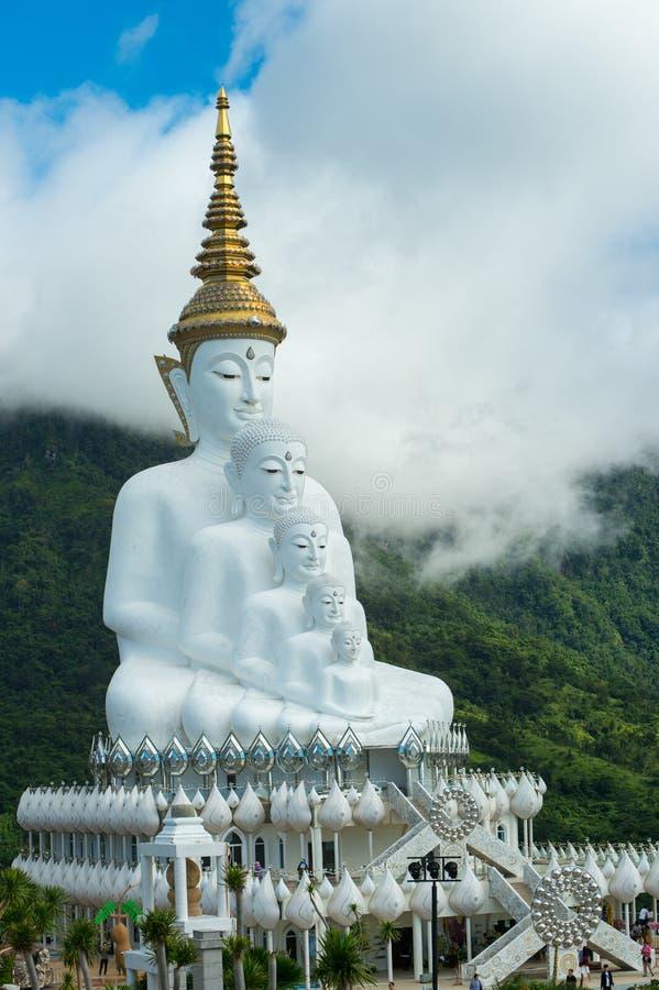 Cinco estátuas da Buda que sentam-se em Wat Pha Sorn Kaew Temple ou em Wat P imagens de stock royalty free