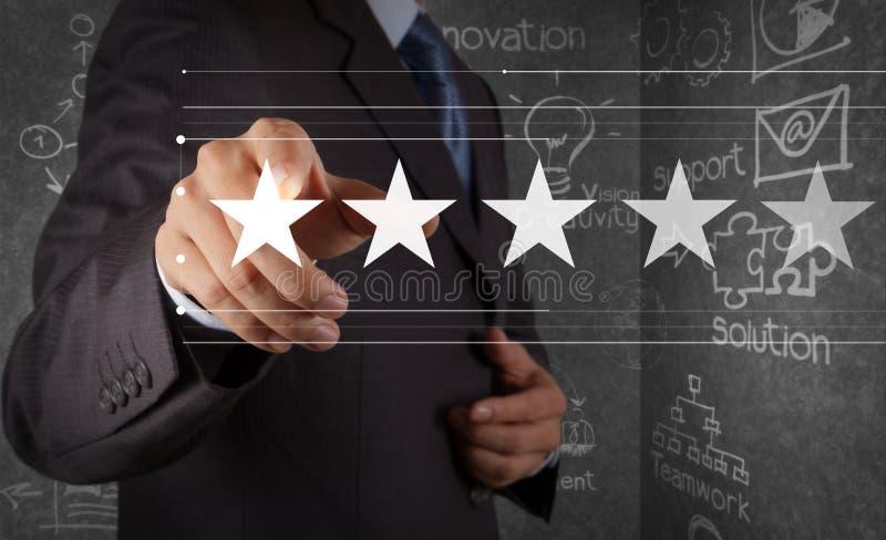Cinco estrelas 5 que avaliam com um homem de negócios são tela de computador virtual tocante fotos de stock