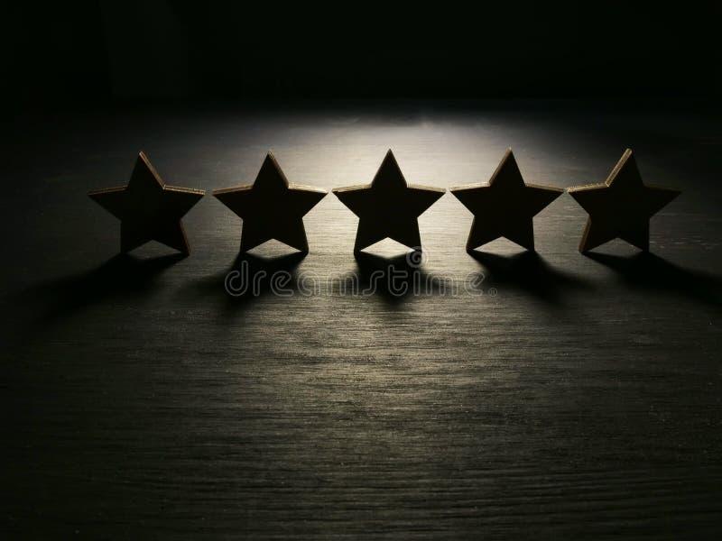 Cinco estrellas en la oscuridad Experiencia y satisfacción del cliente imagen de archivo libre de regalías