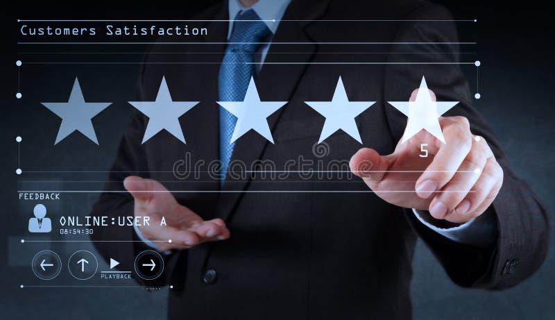 Cinco estrellas 5 que valoran con un hombre de negocios son pantalla de ordenador virtual conmovedora Para el cliente positivo fotos de archivo