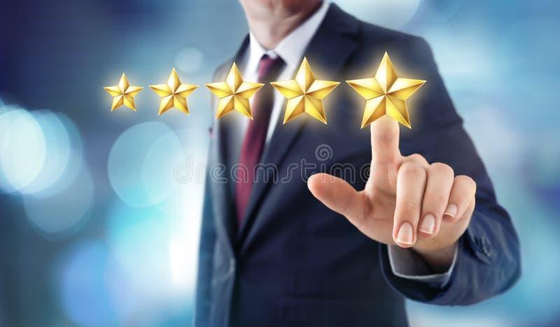 Cinco estrellas que valoran - reacción de la satisfacción imagenes de archivo