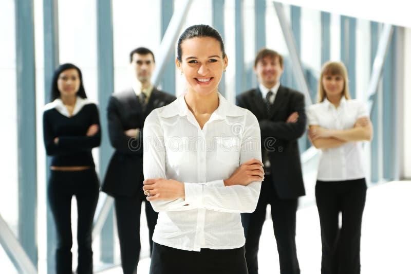 Cinco executivos novos estão estando em equipa imagens de stock