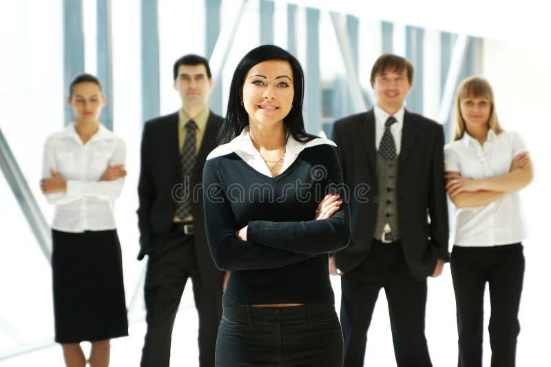 Cinco executivos novos estão estando em equipa foto de stock royalty free