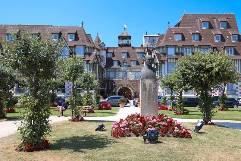 Cinco famosos star o hotel e o parque no primeiro plano - hotel do Le Normandy Departamento de Deauville, Calvados de Normandy imagens de stock royalty free