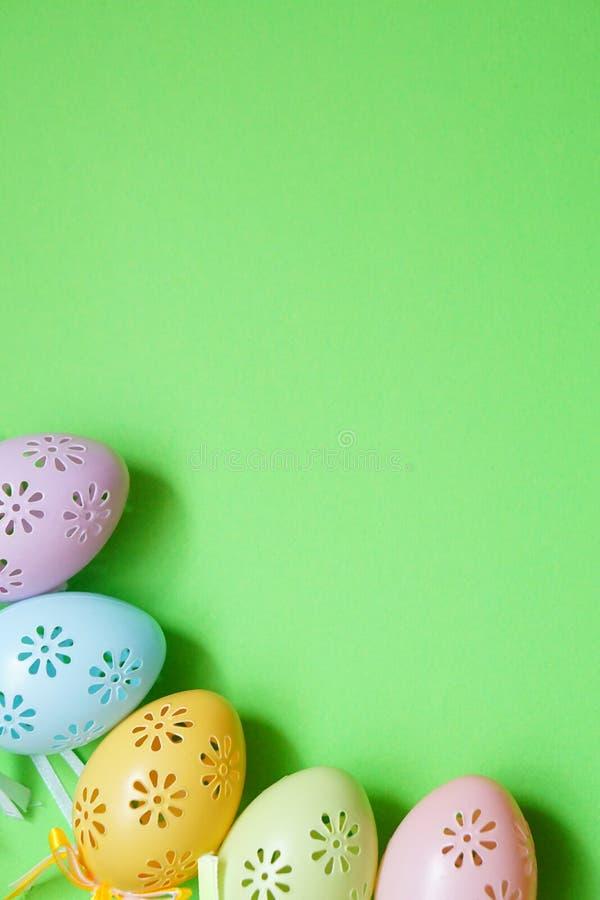Cinco huevos de Pascua coloreados del cordón en luz natural imagenes de archivo