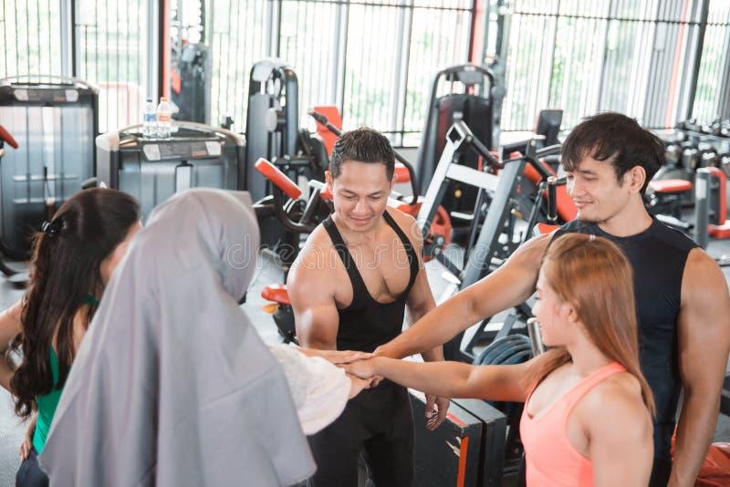 Cinco jovens que fazem a elevação cinco no gym imagens de stock royalty free