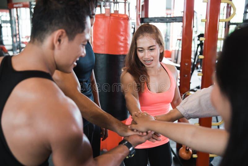 Cinco jovens que fazem a elevação cinco no gym imagens de stock