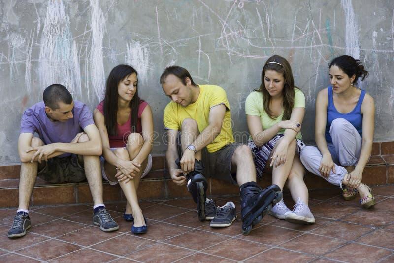 Cinco jovens que têm o divertimento fotos de stock