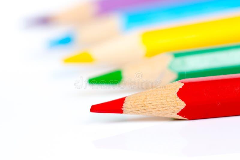 Cinco lápis coloridos sobre o fundo branco imagens de stock