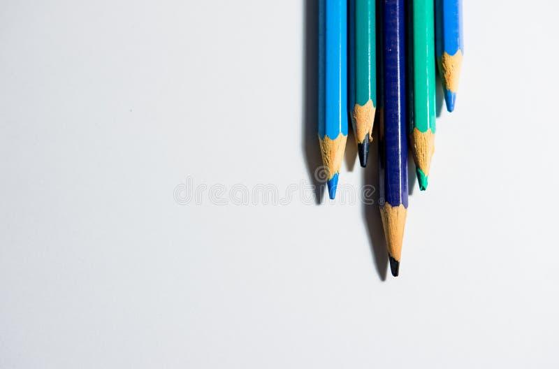 Cinco lápis da cor da mesma família da cor imagens de stock