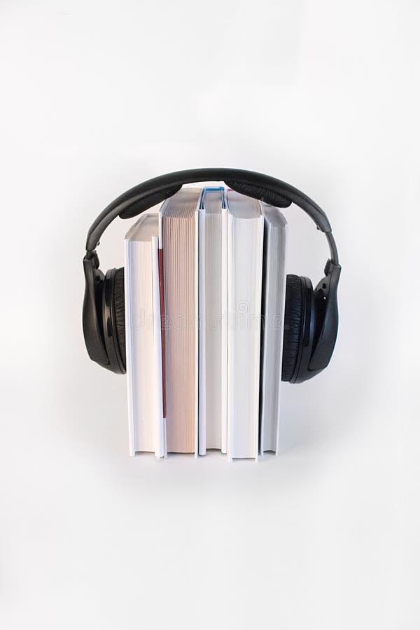 Cinco livros em um fundo branco verticalmente sobre eles surro imagens de stock royalty free
