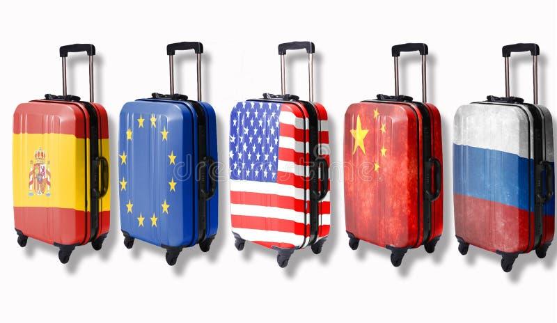 Cinco malas de viagem com as bandeiras de tais países descritos neles: Rússia, China, América, União Europeia, Espanha isolate fotos de stock royalty free