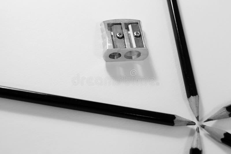 Cinco mentiras de los lápices que bosquejan en un círculo en la esquina inferior fotos de archivo