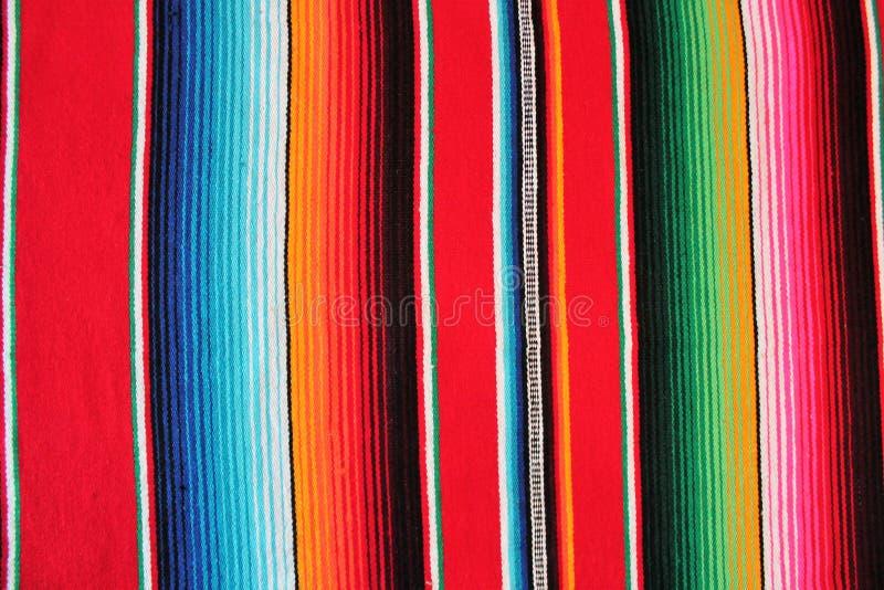 Cinco Mexikos mexikanischer traditioneller Wolldeckenponcho-Fiestahintergrund Des Mayo mit Streifen lizenzfreie stockfotografie