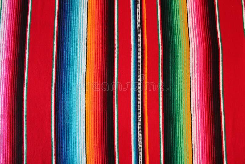 Cinco Mexikos mexikanischer traditioneller Wolldeckenponcho-Fiestahintergrund Des Mayo mit Streifen lizenzfreies stockbild