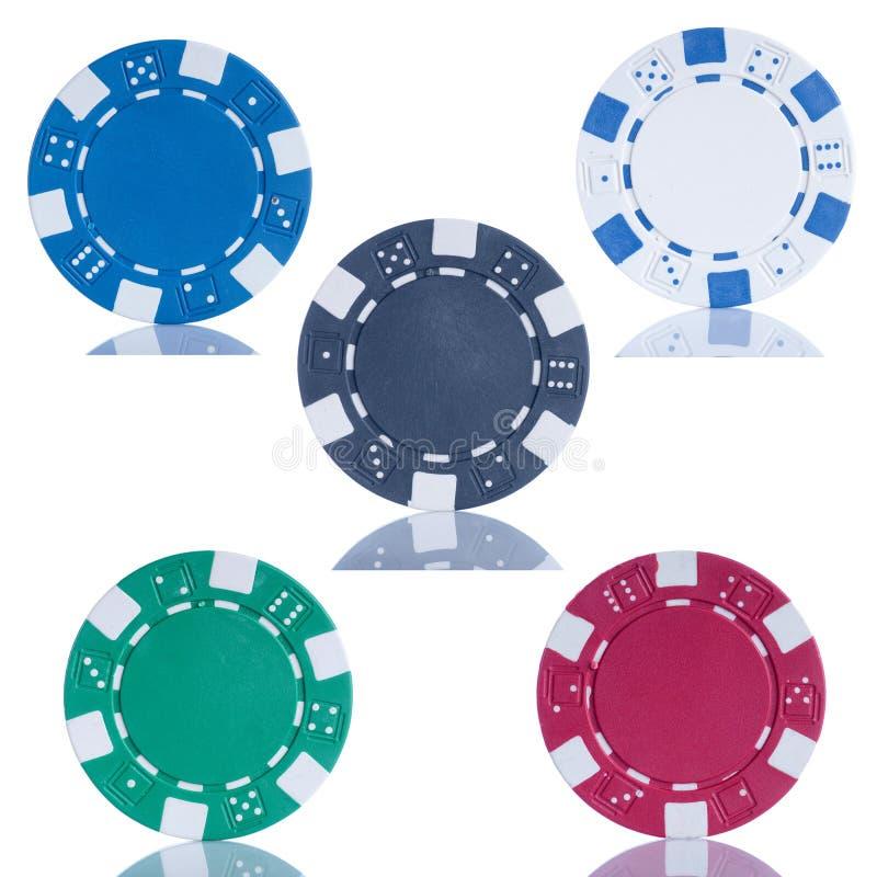 Cinco microplaquetas de póquer no fundo branco foto de stock