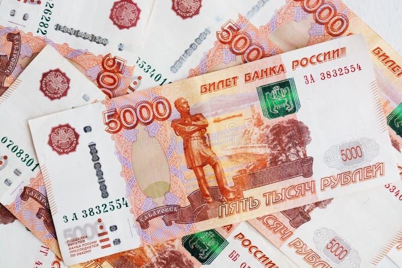 Cinco mil rublos, muitas contas, um ascendente próximo da conta imagens de stock
