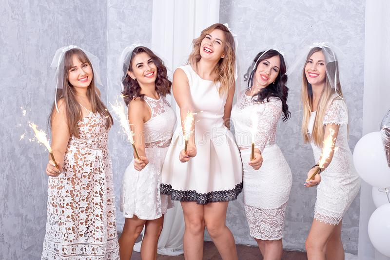 Cinco mujeres jovenes elegantes felices que celebran fotos de archivo