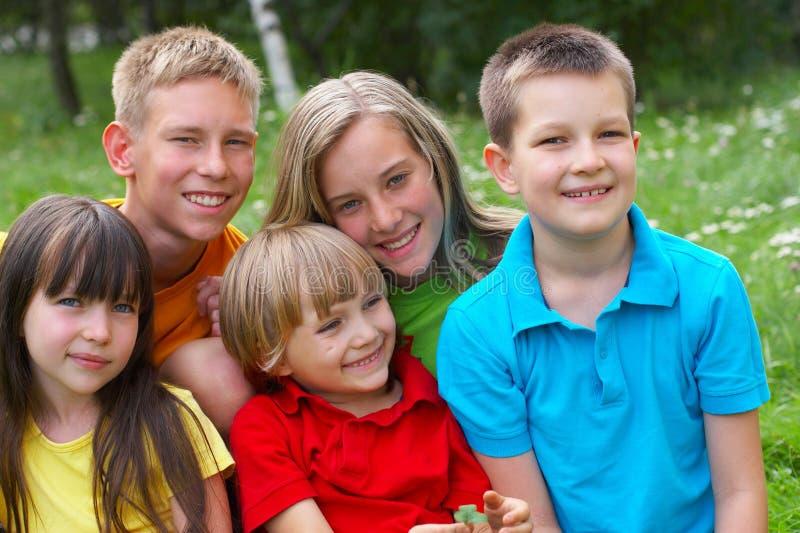 Cinco niños felices fotografía de archivo
