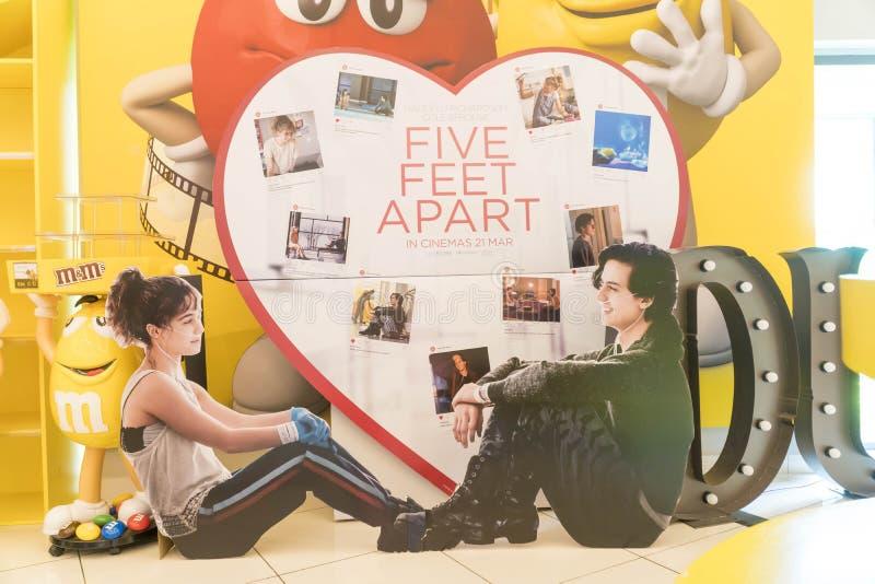 Cinco pés distante de cartaz cinematográfico, são sobre um par de adolescentes com reunião da fibrose cística em um hospital e qu fotografia de stock royalty free