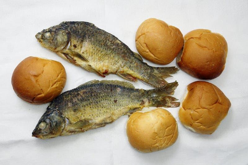 Cinco panes, y los dos pescados fotografía de archivo libre de regalías
